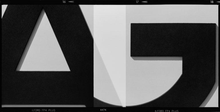 Dwa nakładające się kadry z literami A i G
